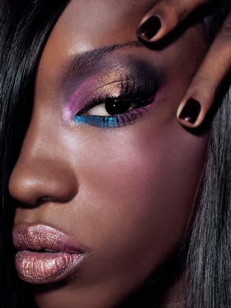 La forma de los ojos determina el maquillaje. Sin embargo, podemos decir de  manera general que los lápices delineadores de color negro sobre el párpado  se